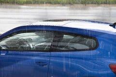 Auto im Regen Lizenzfreie Stockbilder