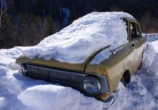 Auto im Schnee Lizenzfreie Stockbilder