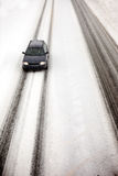 Auto im Schnee-Sturm Stockfotos