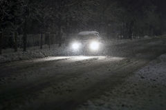 Auto im schneebedeckten Verkehr Stockbild