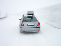 Auto im Schneesturm Stockbild