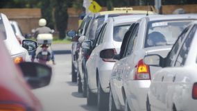 Auto im Stadtverkehr stock footage