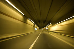 Auto im Tunnel Lizenzfreies Stockfoto