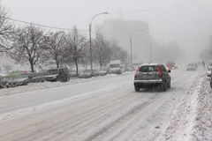 Auto im Verkehr auf Blizzard Stockbild