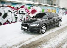Auto im Winter gegen Graffiti Lizenzfreie Stockfotografie