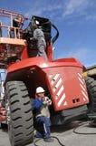Auto ingenieurs en grote vrachtwagen stock afbeelding