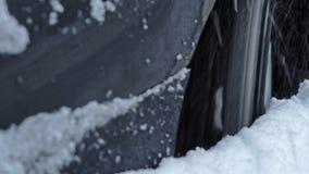 Auto kann nicht von der großen Schneewehe hinausgehen stock video