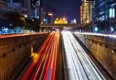 Auto lichte slepen bij de lange blootstelling Stock Foto's