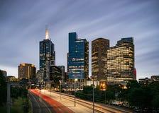 Auto lichte slepen die tot Melbourne in Australië leiden royalty-vrije stock afbeeldingen