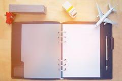Auto, LKW, Flugzeug, Briefpapier, Bleistifte, Anmerkungsbuch, auf hölzernem b Lizenzfreie Stockbilder