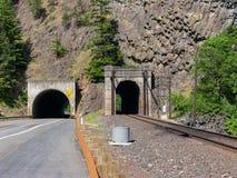 Auto, LKW und Eisenbahn-Tunnels stockbild
