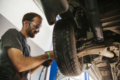 Auto mecânico no trabalho Fotos de Stock Royalty Free