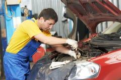 Auto mecânico no trabalho com chave Fotos de Stock
