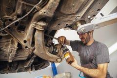 Auto mecânico que repara o carro Fotos de Stock Royalty Free