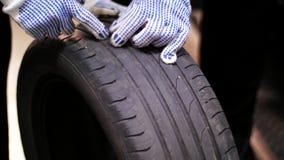 Auto mecânicos que reparam o pneu da roda com ruptura video estoque