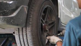Auto mec?nico que trabalha em freios em uma garagem dom?stica da oficina de repara??es do carro vídeos de arquivo