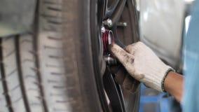 Auto mec?nico que trabalha em freios em uma garagem dom?stica da oficina de repara??es do carro video estoque