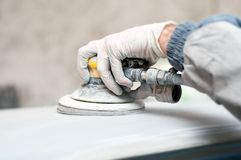 Auto mechanic polishing the car Royalty Free Stock Photography