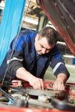 Auto mechanik przy samochodowego silnika naprawy pracą obrazy royalty free