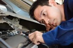 Auto mechanik sprawdza samochodowego silnika obrazy royalty free