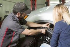 Auto mechanika i kobiety klient w garażu zdjęcia royalty free
