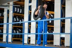Auto mechanika przewożenia opona Fotografia Stock