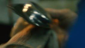 Auto Mechanisch Cleaning Headlamp Hood With een Doek stock video