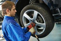 Auto mechanisch het schroeven autowiel door moersleutel Stock Fotografie