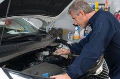 Auto Mechanisch Working On Car Stock Afbeelding