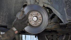 Auto mechanische afgelaten lucht uit remsysteem stock footage