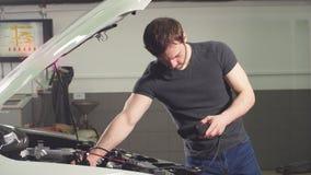 Auto Mechanische Is Checking Internal-Fouten in Belangrijke Autosystemen en Robuustheid van Verbindingen stock video