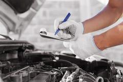 Auto mechanische het controleren motor van een auto bij de garage Stock Foto's