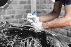 Auto mechanische het controleren motor van een auto bij de garage Stock Fotografie