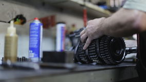 Auto mechanische reparatie het transmissiemechanisme in de garage stock footage