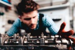 Auto mekaniker Is Checking Detail Tjänste- station royaltyfria foton