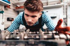 Auto mekaniker Is Checking Detail Tjänste- station royaltyfri bild