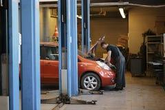 Auto mekaniker för specialist i bilservicen, kontroller bilen, motor, motor, förgasare Begrepp: reparation av maskiner arkivfoton