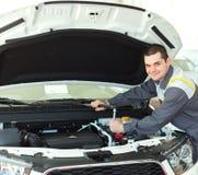Auto mekaniker i bilreparation Royaltyfri Foto