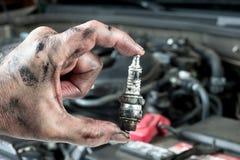 Auto mekaniker och sparkplug royaltyfria foton
