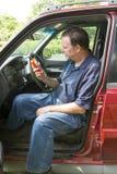 Auto mekaniker Reading en felkodbildläsare Royaltyfri Fotografi