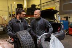 Auto mekaniker som ändrar bilgummihjul på seminariet Arkivfoton