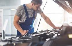 Auto mekaniker som arbetar i garage Reparationsservice arkivbilder