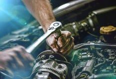 Auto mekaniker som arbetar i garage Reparationsservice fotografering för bildbyråer