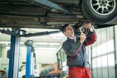 Auto mekaniker som arbetar i garage Reparationsservice royaltyfri bild