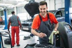 Auto mekaniker som arbetar i garage Reparationsservice royaltyfria foton