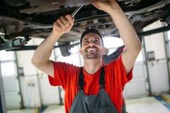Auto mekaniker som arbetar i garage Reparationsservice royaltyfri fotografi