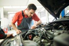 Auto mekaniker som arbetar i garage Reparationsservice royaltyfri foto