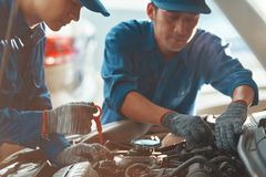 Auto mekaniker som arbetar i garage royaltyfri fotografi
