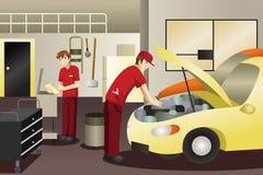 Auto mekaniker som arbetar på en bil Arkivbild