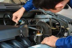 Auto mekaniker som kontrollerar bilmotorn royaltyfria bilder
